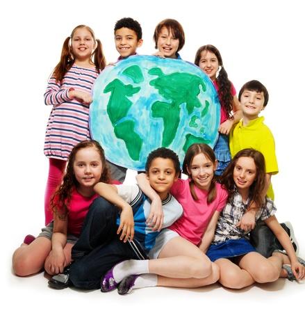 Grote groep van diversiteit op zoek tiener kinderen, jongens en meisjes met globe kaart
