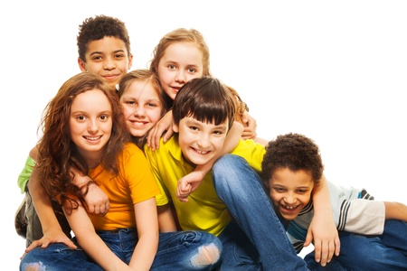 grote groep mensen: Groep van diversiteit op zoek kinderen, jongens en meisjes zitten op de vloer knuffelen en lachen