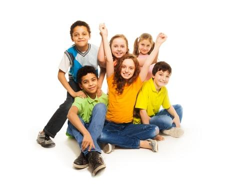 grote groep mensen: Gelukkig diversiteit op zoek jongens en meisjes zitten blij met opgeheven handen Stockfoto