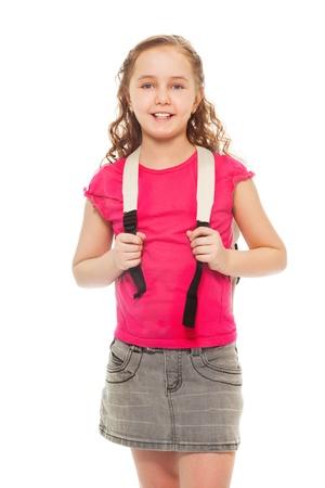 colegiala: Retrato de la sonrisa feliz y riendo, chica confidente 9 años de edad con el pelo rizado, mochila llevaba aislado en blanco - Retrato de altura completa