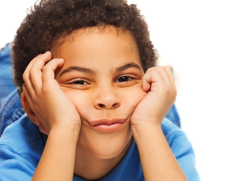 five years old: Ritratto di cute, ma annoiati nero cinque anni del ragazzo Archivio Fotografico
