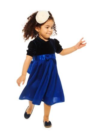 niño corriendo: Funcionamiento lindo del negro de la muchacha con el pelo rizado muy rizado, aislado en blanco