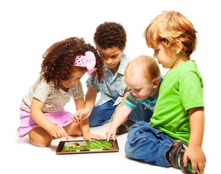 frau sitzt am boden: Vier kleine Kinder spielen mit Tablet-Computer, isoliert auf wei�
