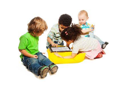 five years old: Quattro piccoli due e cinque anni i bambini che giocano con il computer tablet, isolato su bianco