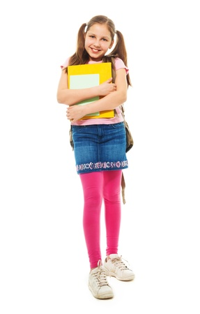 кавказцы: Счастливые школьница с книгами и красивыми хвостики постоянного проведения стопку книг и улыбаясь, изолированных на белый, полная длина портрет