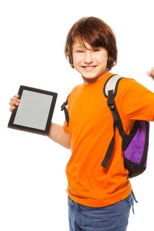 ni�o con mochila: Muchacho cauc�sico feliz y sorprendida 11 a�os de edad con el ordenador tableta, aislado en blanco Foto de archivo