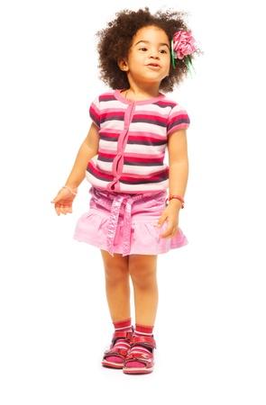 Schattig klein zwart meisje met fuzzy haar volledige lengte portret, geïsoleerd op wit
