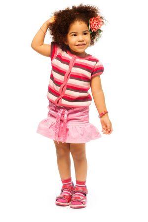 niño modelo: Niña linda negro con el retrato de longitud completa difusa del cabello con las manos pegadas a la cabeza, aislado en blanco