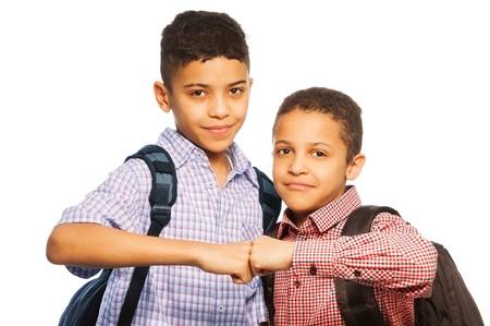 fraternit�: Deux gar�ons noirs d'une �quipe, la fraternit� - �coliers avec des sacs � dos isol� sur blanc