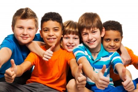 adolescentes riendo: Una fila de cinco ni�os felices diversidad de ni�os y ni�as aislados en blanco Foto de archivo