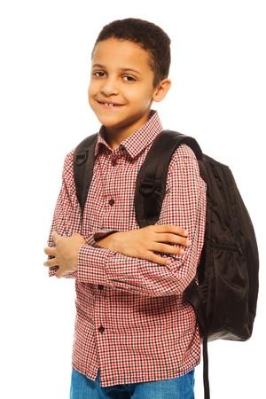 niño con mochila: Negro lindo niño de 8 años de edad con mochila - cintura para arriba retrato aislado en blanco Foto de archivo