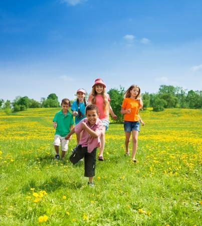 행복 5-10년 세 아이들이 함께 공원에서 실행