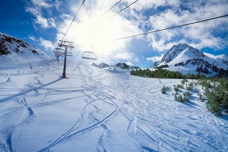 Ski-lift met stoelen gaan over de bergen en paden uit luchten en snowboards