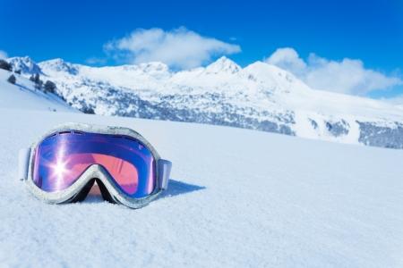 Ski en snowboard masker in de sneeuw met kopie ruimte en bergen op de achtergrond Stockfoto