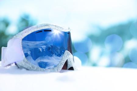 Zamknij się narty i snowboard z maską w nim refleksji górskich, widok z boku