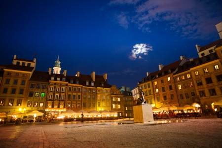 polska monument: Warsaw old town marketplace square at night dusk with fountain and evening cafe and color houses