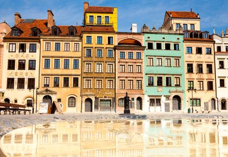 Reflecterend oppervlak van fontein en Warschau, Polen oude stad markt plein en kleurrijke huizen Stockfoto