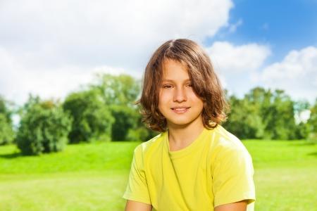 Niza guapos 12 años Retrato de niño en el parque al aire libre en un día soleado