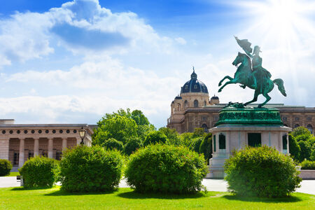 Austrian National Library and rider monument in front in the park in Vienna 免版税图像