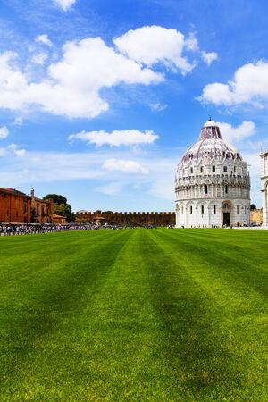 central square: Battistero di San Giovanni nella piazza centrale di Pisa