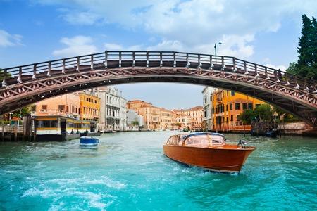 Ponte dell'Accademia in Venedig und Motorboote auf großartigem Kanal in Venedig