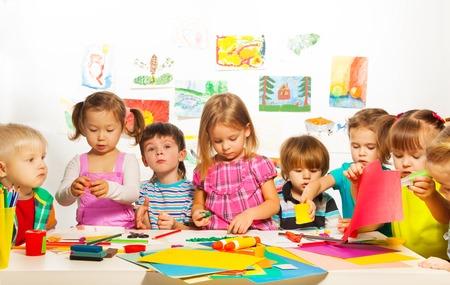 Große Gruppe von Kindern der kleinen Jungen und Mädchen auf dem Kunstunterricht Klasse