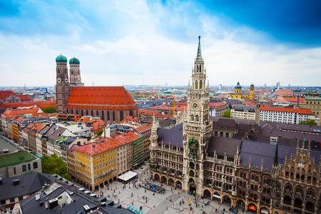 panorama view: bella vista centro di Marienplatz, Nuovo Municipio (Neues Rathaus), Glockenspiel, Frauenkirche a Monaco di Baviera con il cielo, (Baviera, Germania) Archivio Fotografico