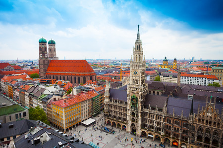schöne Innenstadt Blick auf Marienplatz, Neues Rathaus (Neues Rathaus), Glockenspiel, Frauenkirche mit Himmel in München (Bayern, Deutschland)