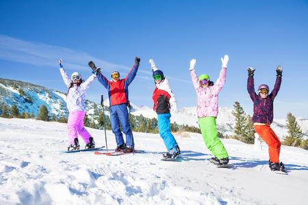 한 스키어와 산의 배경에 공기에 손을 행 서 및 리프팅 고글을 착용 4 스노우 보드