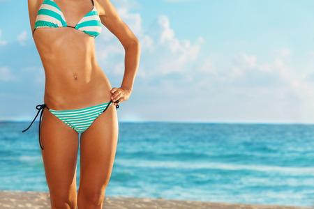 Slanke en mooie vrouw close-up op het strand Stockfoto
