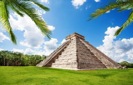 夏には、メキシコでの夏の間に緑の草のチチェン ・ イッツァ記念碑