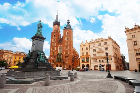 Basilique et Rynek Glowny de Saint Mary (la place principale) Cracovie, Pologne Banque d'images