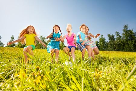 여름에 노란색 초원에서 축구 재생 행복 한 아이