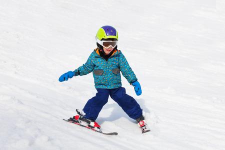 스키 마스크에 웃는 소년 스키를 배운다.