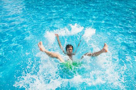 남자 떨어지는 물 튀는
