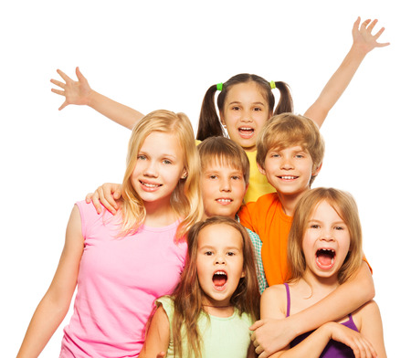 Gruppe schießen von einem sechs lustige Kinder Standard-Bild