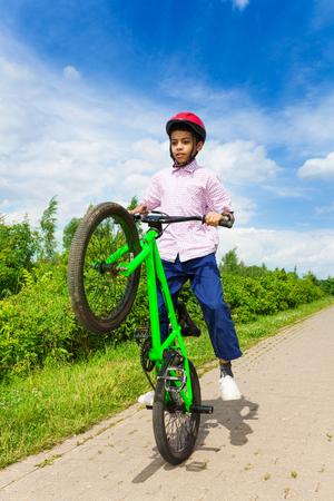 niños en bicicleta: Chico africano con una rueda de bicicleta hasta la monta