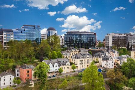 Luxemburg stadsbeeld uitzicht vanaf de top in de zomer