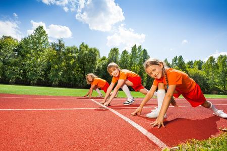 Les enfants sur la flexion des genoux en ligne prêt à fonctionner Banque d'images - 31030469