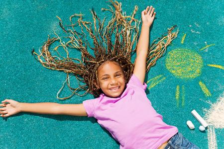 fille noire: Belle fille noire avec son dessin de craie Banque d'images