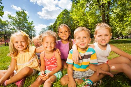 niños jugando en el parque: Niños y niñas de 3-5 años de edad en el césped Foto de archivo