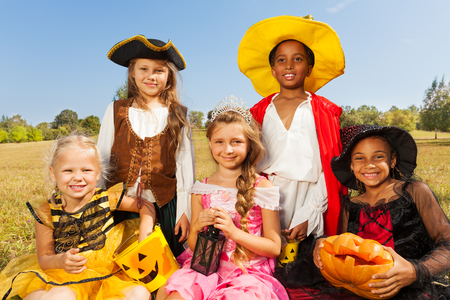 Multinationale kinderen in Halloween kostuums Stockfoto