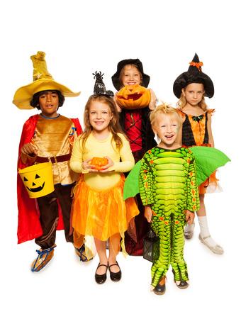 bruja: Niños con calabaza y en disfraces de Halloween