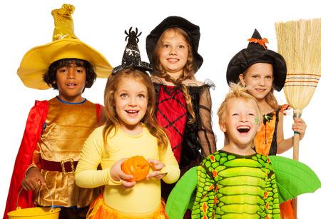 Schließen Sie schießen von fünf Kindern in Halloween-Kostümen Standard-Bild