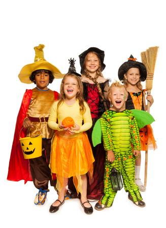 Kinderen met Halloween attributen in fase kostuums