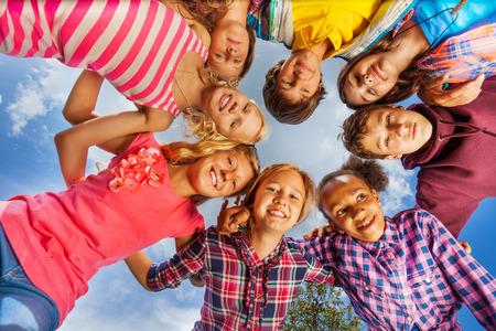 Unteransicht kids Gruppe stehen in runder Form Standard-Bild - 32781910
