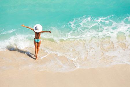 jolie jeune fille: Jeune femme avec bras écartés sur la plage de sable Banque d'images