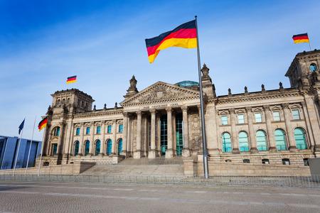 Reichstag visualizzazione della facciata con le bandiere tedesche, Berlino Archivio Fotografico - 34539583