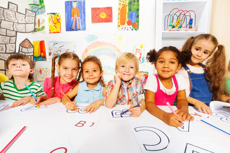 languages: Grupo de los niños, los niños y niñas en la clase de lectura Foto de archivo