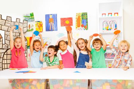 girotondo bambini: Molti ragazzi della classe di scuola materna Archivio Fotografico